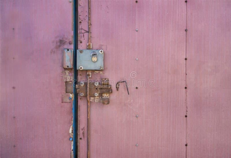 锁着的门 老门闩 在老门的闭锁机构 图库摄影