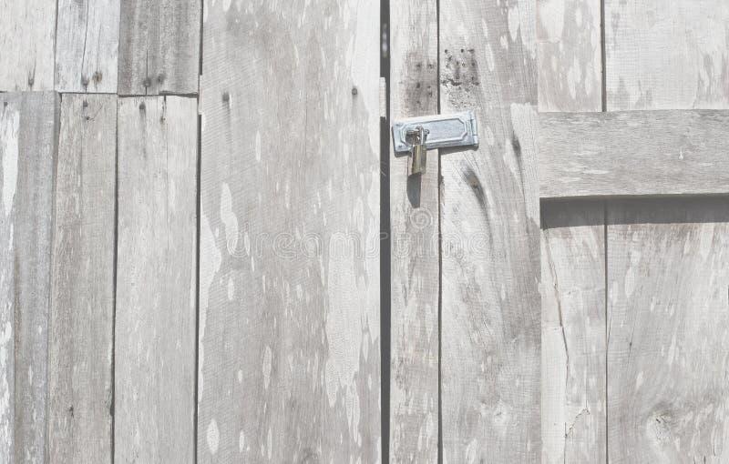 锁门减速火箭的木门和古色古香的锁门泰国老牌 与锁的背景特写镜头木门 库存图片