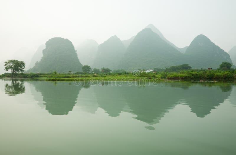 锂有薄雾的河 免版税库存照片