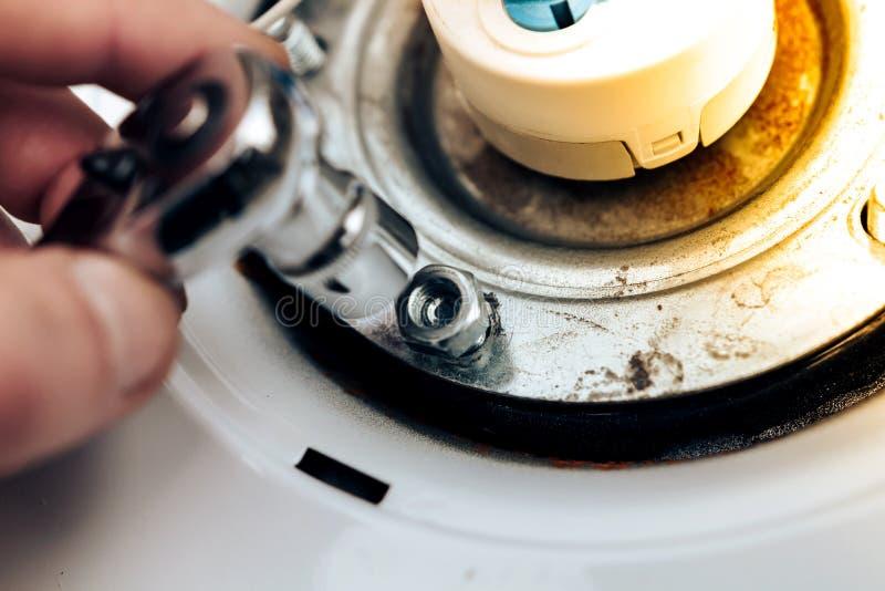 锅炉修理,主要投掷的手和扭转胡说,特写镜头 库存图片