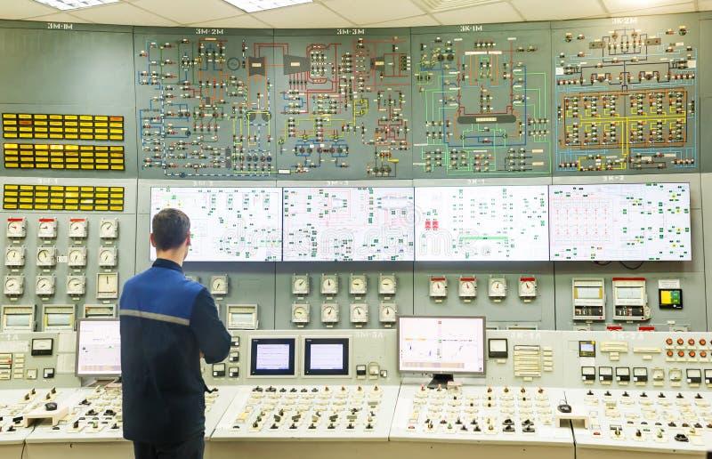 锅炉室的控制板 操作员是在锅炉室控制板后 免版税库存照片