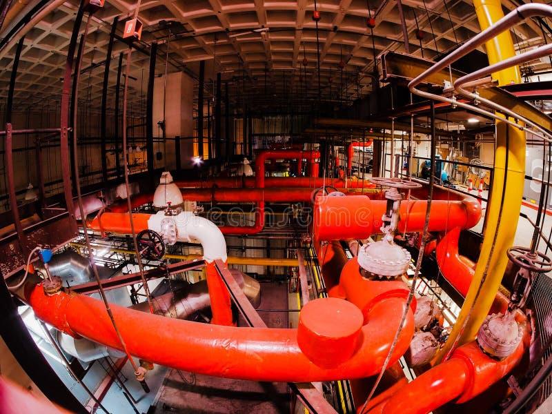 锅炉室蒸汽系统为二十个故事医院用管道输送 免版税图库摄影