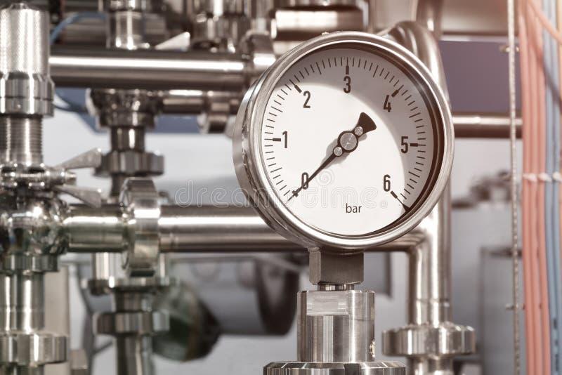 锅炉房子的设备, -阀门,管,压力表,温度计 关闭测压器,管子,流量计,水p 免版税库存图片