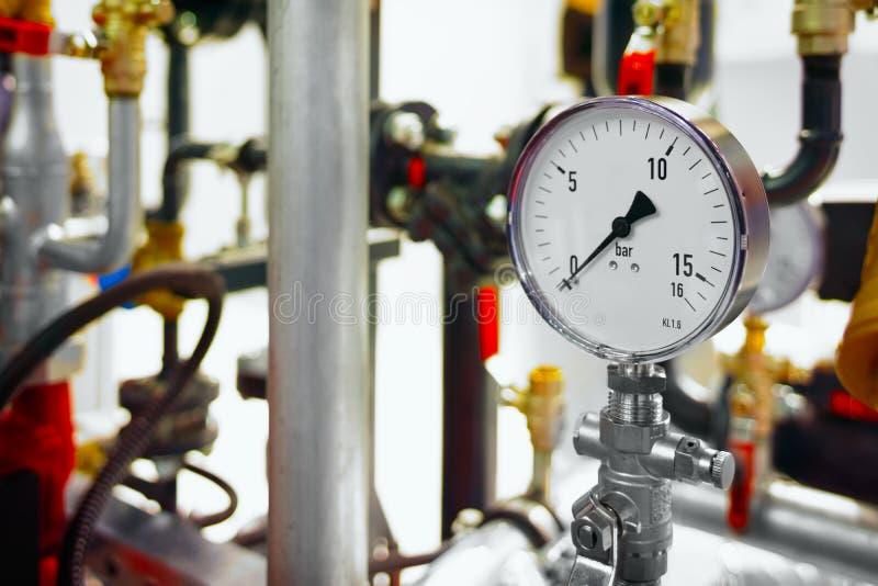 锅炉房子的设备, -阀门,管,压力表 免版税库存照片
