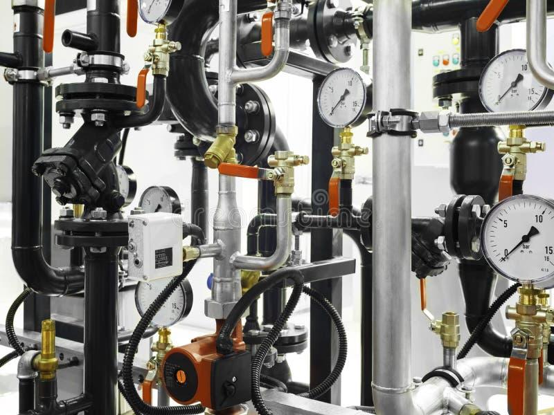 锅炉房子的设备, -阀门,管,压力表 免版税库存图片