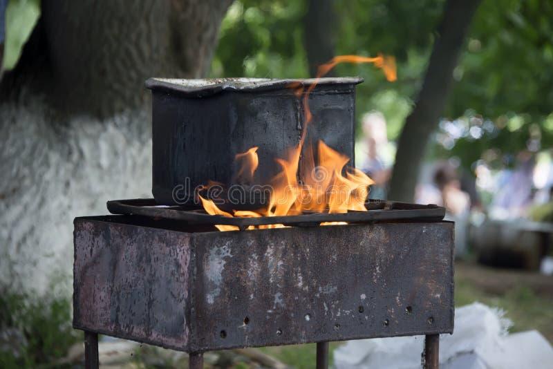 锅炉用在开火的热的汤 图库摄影