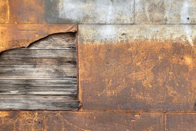 锈钢金属墙外露腐木板 免版税库存图片