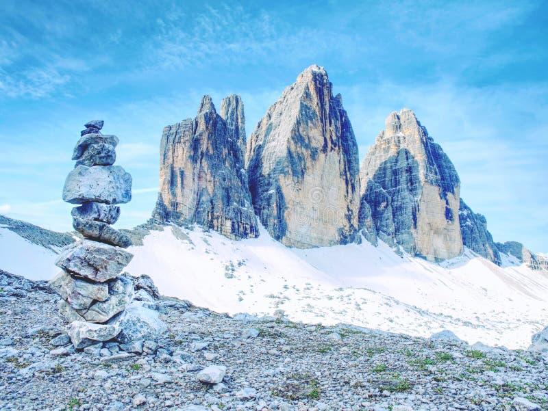 锋利的石头被堆积入金字塔 山土坎在意大利阿尔卑斯 库存图片