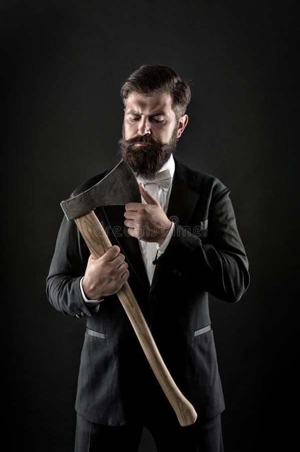 锋利的轴手确信的人 E 理发店发型 牢固的决心 残酷理发师 o 免版税图库摄影