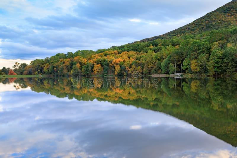 锋利的顶面山基地在Abbott湖的弗吉尼亚 免版税库存照片