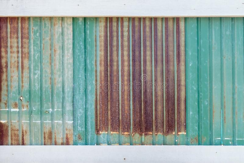 锌背景构造与白色木板条 库存照片