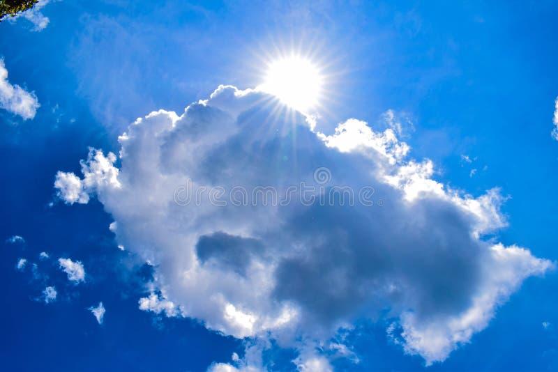 锐化在云彩后的太阳 库存照片