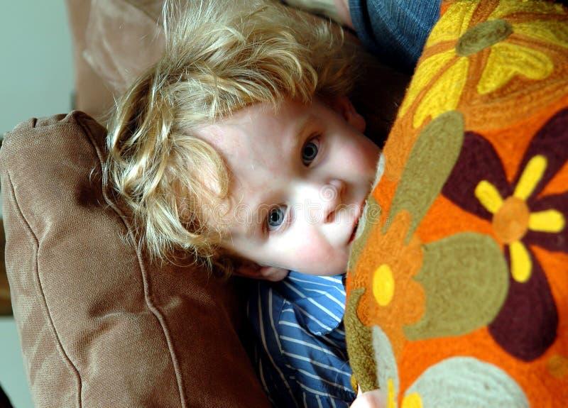 锐化枕头小孩 库存图片