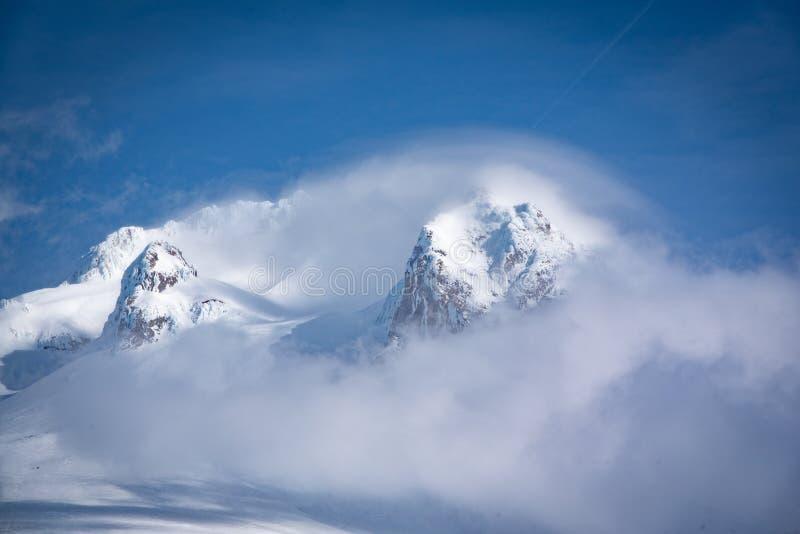 锐化通过云彩的Mt敞篷 免版税库存照片