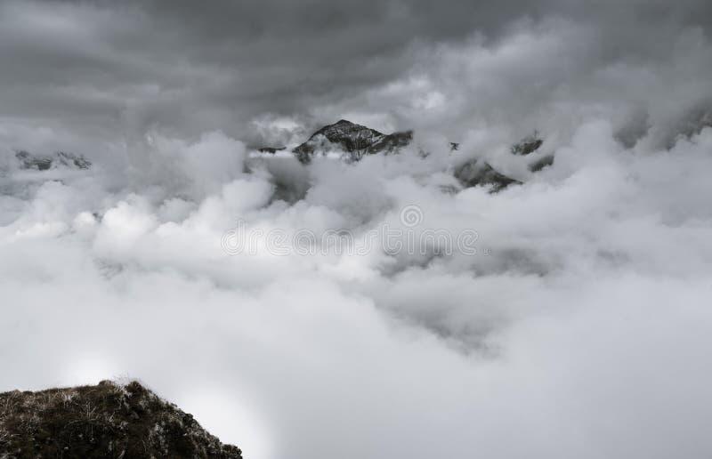 锐化从在云彩下的少女峰北部面孔 免版税库存照片