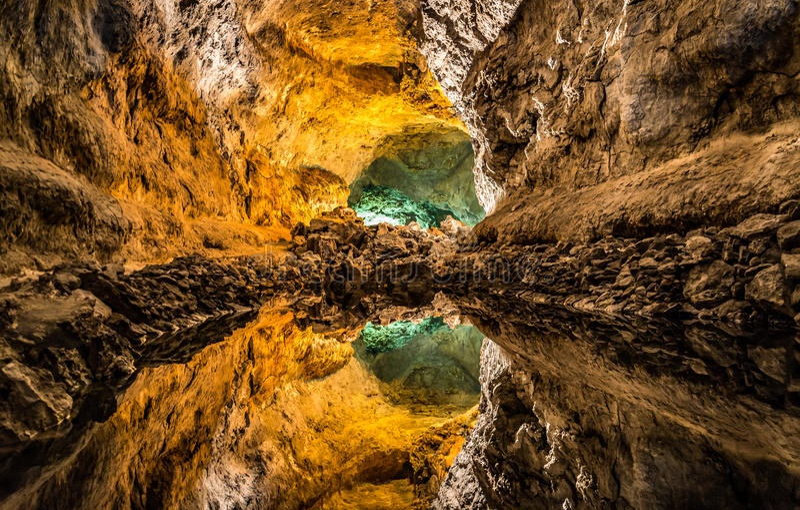 错觉在Cueva de在兰萨罗特岛海岛上的los Verdes、一个惊人的熔岩管和旅游胜地 库存图片
