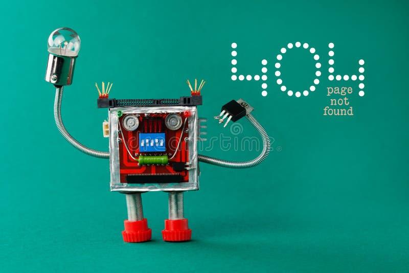 错误404页没被找到的页 有电灯泡灯的机器人在手中 乐趣在绿色背景,拷贝空间的玩具字符 库存照片