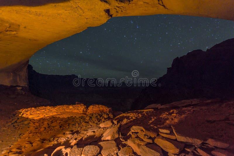 错误Kiva在与满天星斗的天空的晚上 库存照片