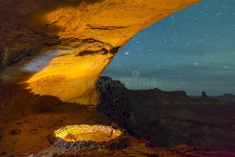 错误Kiva在与满天星斗的天空的晚上 免版税库存照片