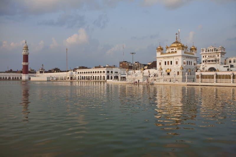 锡克教徒的日落taran小湖寺庙 库存照片