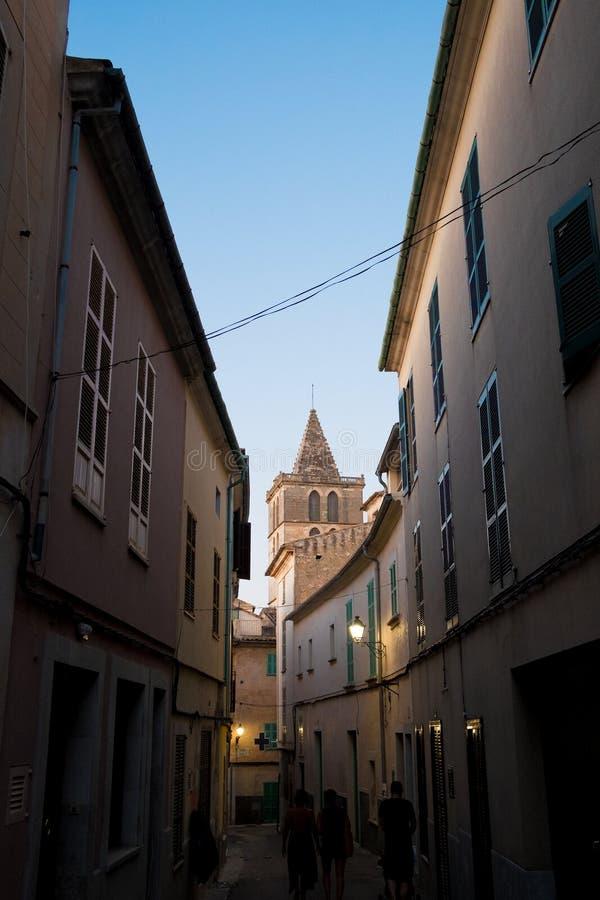 锡内乌老中世纪镇垂直的看法在与钟楼的一个summe晚上在帕尔马巴利阿里群岛 库存图片