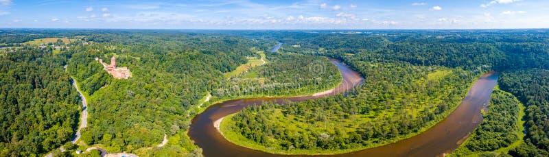 锡古尔达市的鸟瞰图有Gauja河的 免版税库存照片