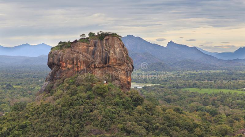 锡吉里耶岩石堡垒,联合国科教文组织世界遗产名录站点,看见从Pidurangala岩石,斯里兰卡, 免版税库存图片