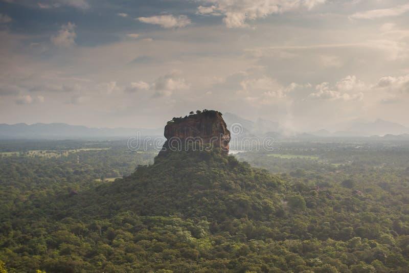 锡吉里耶狮子岩石堡垒,从Pidurangala,斯里兰卡的看法 图库摄影