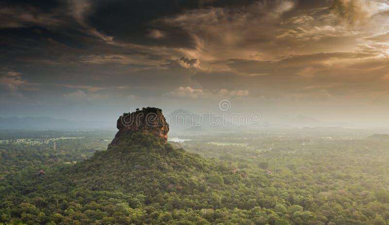 锡吉里耶狮子岩石堡垒,从Pidurangala,斯里兰卡的看法 免版税图库摄影