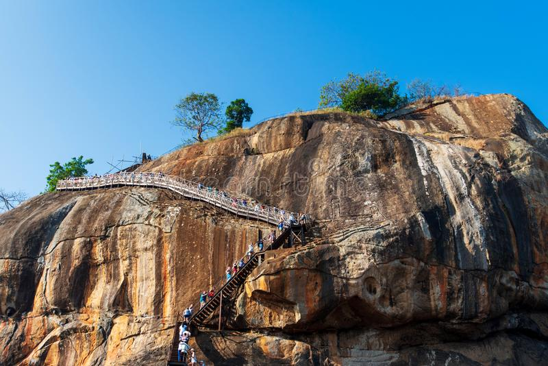 锡吉里耶,斯里兰卡- 2019年3月31日:锡吉里耶古老狮子岩石堡垒在有游人的斯里兰卡 库存图片