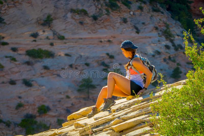锡安,犹他,美国- 2018年6月12日:少妇室外美丽的景色有美好的风景的在锡安国家公园 图库摄影