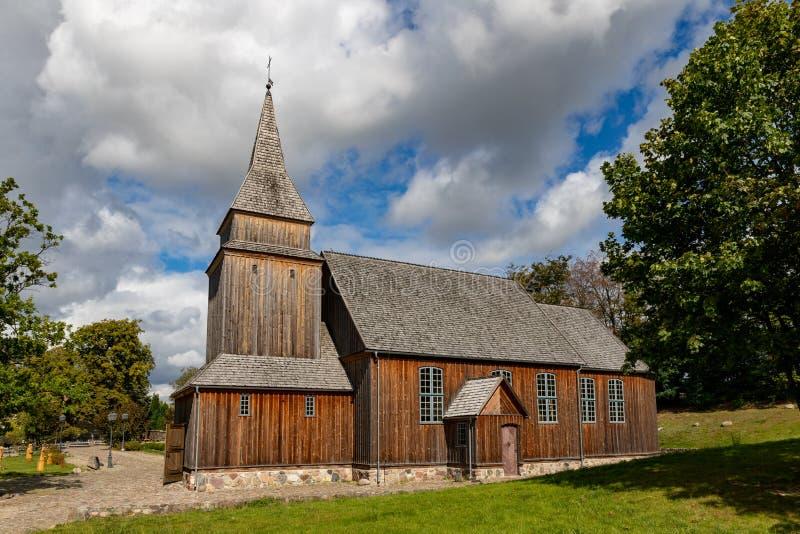 锡拉科维采,波莫斯基/波兰 — 2019年9月4日:木质基督教庙 中欧波梅拉尼亚的教堂 免版税库存照片