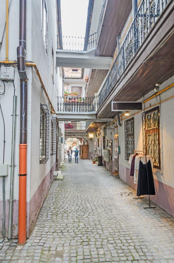 锡比乌,罗马尼亚:城市的被铺的街道近街市 色的房子 免版税库存照片