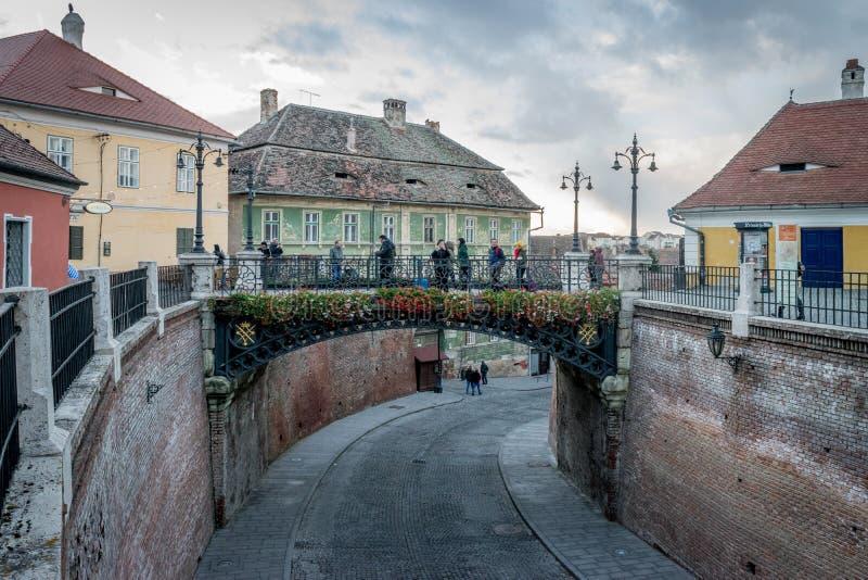 锡比乌,罗马尼亚- 2017年10月30日, :谎言桥梁在锡比乌的历史中心 库存图片