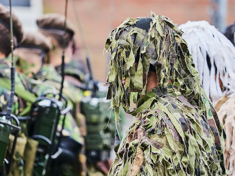 锡比乌,罗马尼亚- 2017年12月1日:形成的军队战士显示枪在游行为罗马尼亚` s国庆节, De 库存图片