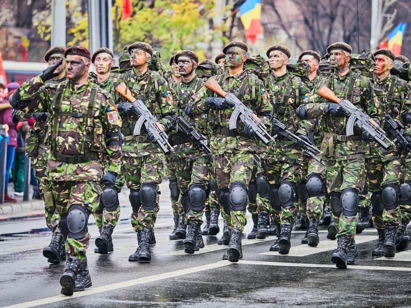 锡比乌,罗马尼亚- 2017年12月1日:形成的军队战士显示枪在游行为罗马尼亚` s国庆节, De 免版税库存照片