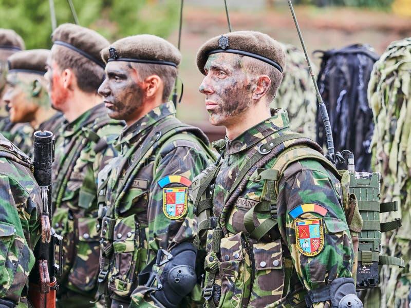 锡比乌,罗马尼亚- 2017年12月1日:形成的军队战士显示枪在游行为罗马尼亚` s国庆节, De 免版税库存图片