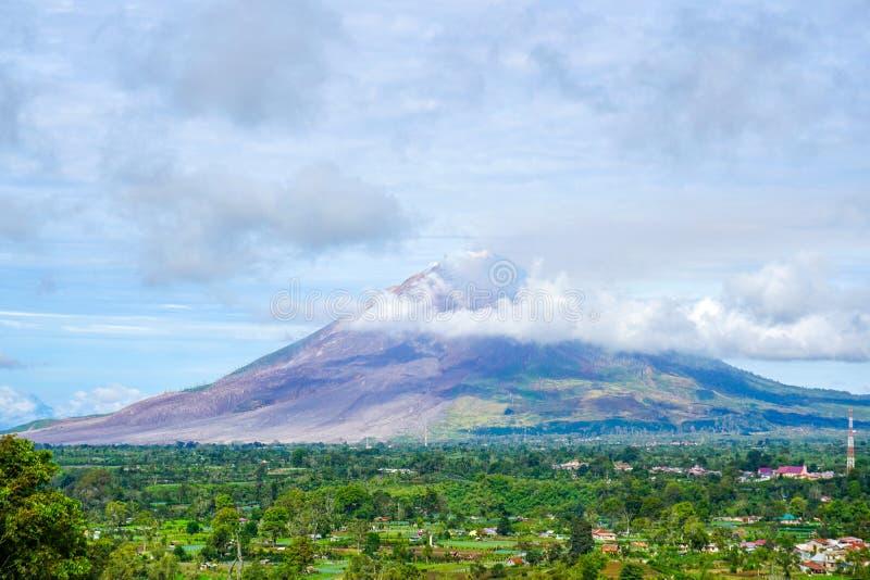 锡纳朋火山登上全景 库存图片