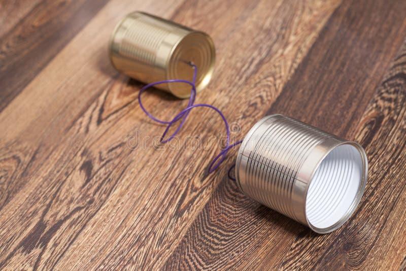 锡罐电话木背景 库存照片