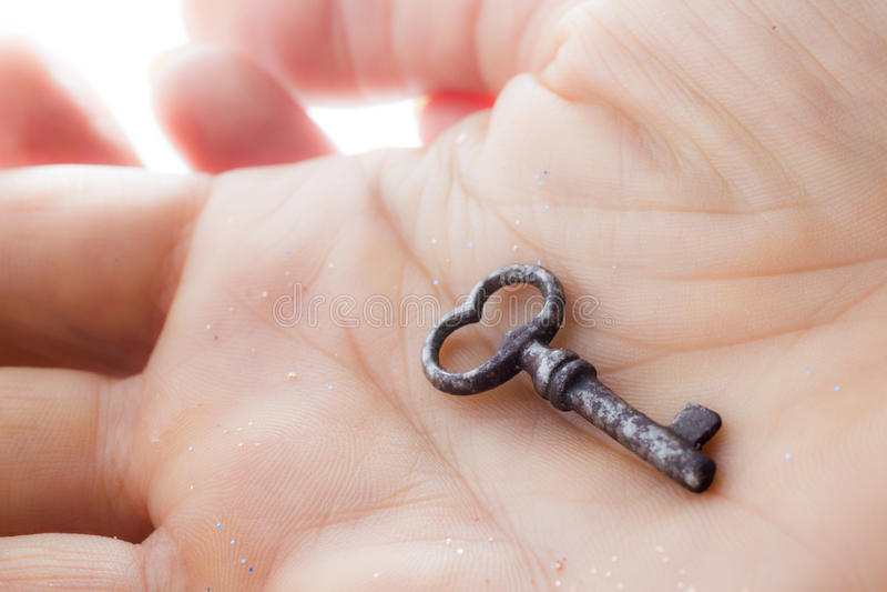 锡钥匙在手上 图库摄影