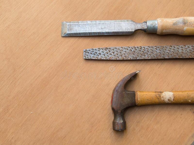 锤击,锉和木匠业的凿子,在木桌上 免版税库存图片