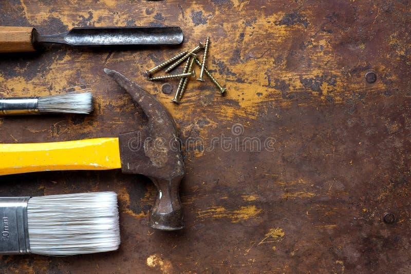 锤子、凿子和油漆刷 免版税库存照片