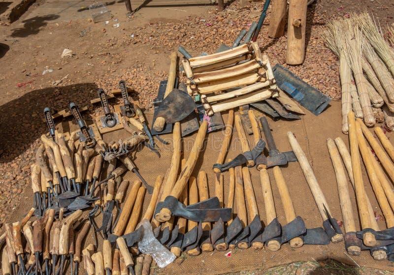 锤子、镰刀、锄和其他工具为野外工作在一个市场上在苏丹 免版税库存图片