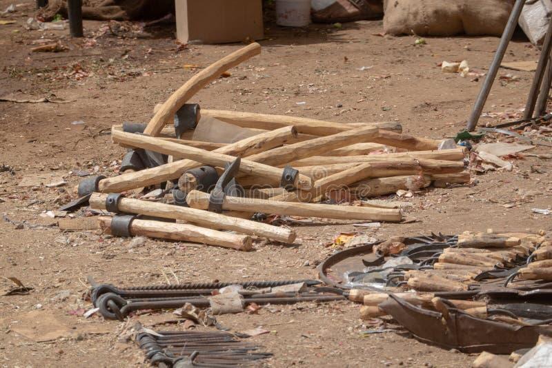 锤子、镰刀、锄和其他工具为野外工作在一个市场上在苏丹 免版税图库摄影