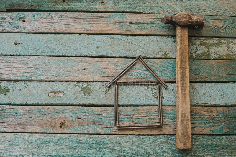 锤子和钉子木表面上 细木工技术传统 免版税库存照片