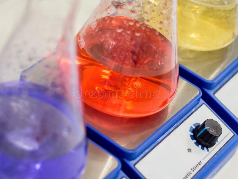 锥形烧瓶用五颜六色的解答 库存图片