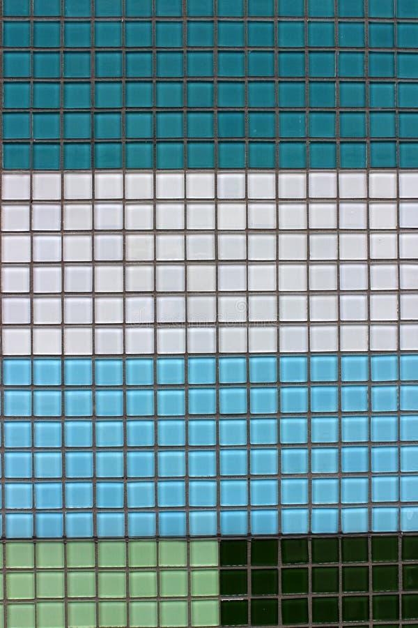 锦砖简单的背景在颜色的深蓝,浅兰,绿色,黑和白色 库存图片