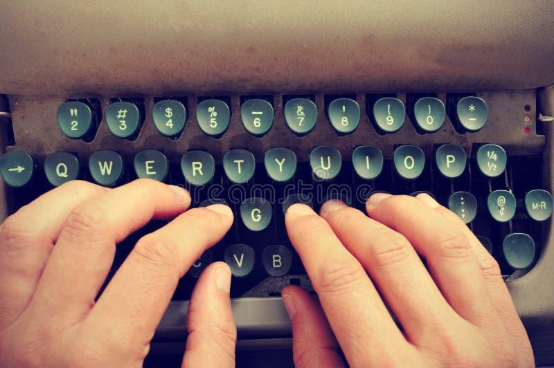 键入在一台老打字机 免版税库存照片