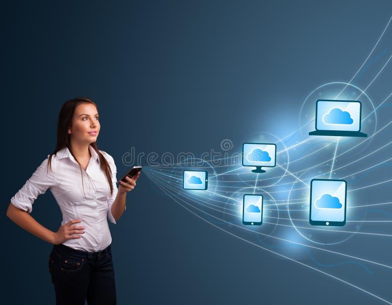 Download 键入在与云彩计算的smartphone的俏丽的夫人 库存图片. 图片 包括有 beautifuler, 设备 - 62526537