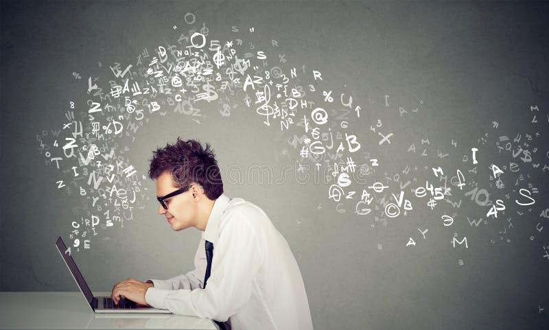 键入在便携式计算机字母表的年轻人在飞行上写字  库存照片